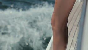 Jeune fille dans le bikini conduisant sur un yacht par la mer banque de vidéos