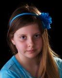 Jeune fille dans le bleu avec la fleur dans son cheveu Photographie stock