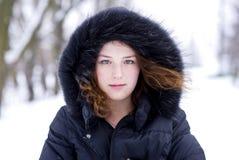 Jeune fille dans le capot avec la fourrure Photographie stock