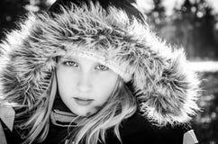 Jeune fille dans le capot de fourrure Images libres de droits