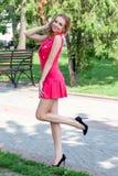 Jeune fille dans le chandail posant sur la rue, l'humeur de portrait, s photographie stock libre de droits