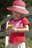 Jeune fille dans le chapeau rose Image libre de droits