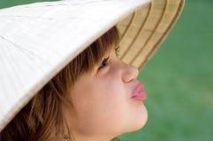 Jeune fille dans le chapeau vietnamien images libres de droits