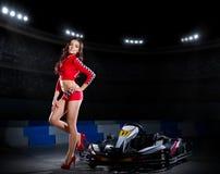 Jeune fille dans le costume de emballage rouge image libre de droits