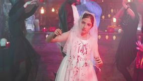 Jeune fille dans le costume mort effrayant de jeune mariée à une partie de Halloween clips vidéos