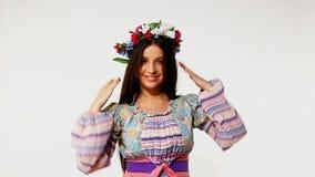 Jeune fille dans le costume russe traditionnel banque de vidéos