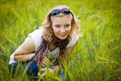 Jeune fille dans le domaine de blé Images libres de droits