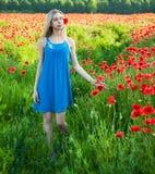 Jeune fille dans le domaine de pavot Photo stock