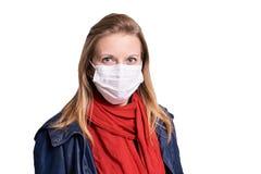 Jeune fille dans le masque de protection ?quipement de personne d'allergie et de grippe La s?curit? m?dicale se prot?gent images libres de droits