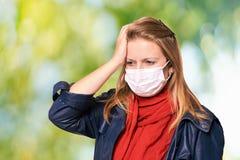 Jeune fille dans le masque de protection ?quipement de personne d'allergie et de grippe La s?curit? m?dicale se prot?gent photos libres de droits