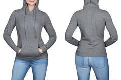 Jeune fille dans le pull molletonné gris, hoodies Fond blanc Photo libre de droits