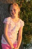 Jeune fille dans le soleil de soirée. Photos libres de droits