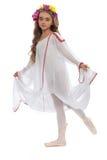 Jeune fille dans les chaussures de ballet et longtemps la robe blanche Photo libre de droits