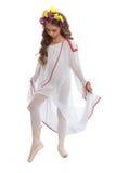 Jeune fille dans les chaussures de ballet et longtemps la robe blanche Photos libres de droits