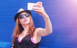 Jeune fille dans les lunettes de soleil et le chapeau Un adolescent dans un chapeau et un glasse image libre de droits