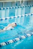 Jeune fille dans les lunettes nageant la course de rampement avant Photographie stock