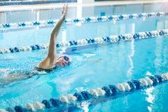 Jeune fille dans les lunettes nageant la course de rampement avant Photos libres de droits