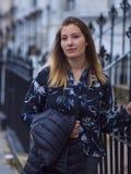 Jeune fille dans les rues de Londres Photo libre de droits