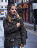 Jeune fille dans les rues de Londres - détendant de la visite touristique Images stock