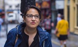 Jeune fille dans les rues de Londres - détendant de la visite touristique Photo libre de droits