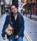 Jeune fille dans les rues de Londres - détendant de la visite touristique Photographie stock libre de droits