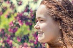 Jeune fille dans un champ de pommiers pendant le printemps Photos libres de droits