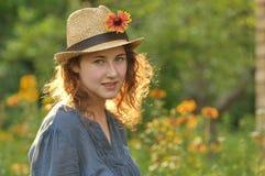 Jeune fille dans un chapeau de paille photo stock