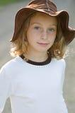Jeune fille dans un chapeau du soleil Photo stock