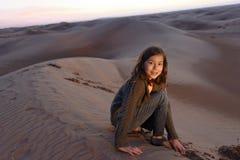 Jeune fille dans un désert Photos libres de droits