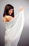 Jeune fille dans un drap blanc. Image libre de droits