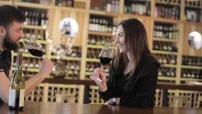 Jeune fille dans un restaurant avec une tasse de café chaud, appréciant l'arome et la saveur du café tout en détendant au café banque de vidéos