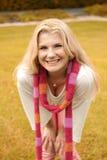Jeune fille dans une écharpe en stationnement d'automne Photos libres de droits