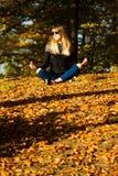 Jeune fille dans une guirlande des feuilles La fille en parc Automne photographie stock