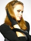 Jeune fille dans une robe avec un sac en cuir noir Photographie stock