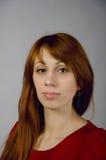 Jeune fille dans une robe rouge Photos libres de droits