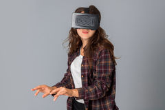 Jeune fille de beauté dans le casque de réalité virtuelle Images libres de droits