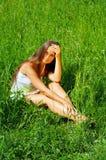 Jeune fille de beauté s'asseyant sur t Image stock