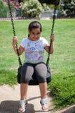 Jeune fille de Beautifull jouant sur les oscillations Photographie stock libre de droits
