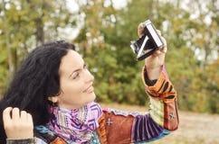 Jeune fille de brune avec le vieil appareil-photo de photo Photographie stock libre de droits