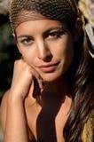 Jeune fille de brune de beauté nue dans les montagnes photo libre de droits