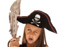 Jeune fille de brune dans le costume du pirate avec l'épée et le chapeau Image stock
