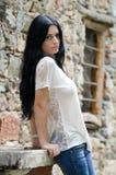 Jeune fille de brune en chemise et treillis blancs image stock