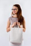 Jeune fille de brune tenant le sac blanc de achat photo libre de droits