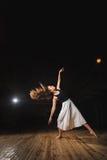 Jeune fille de danseur de brune sur l'étape photo stock