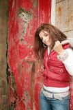 Jeune fille de l'adolescence avec le poing vers le haut photographie stock