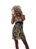 Jeune fille de l'adolescence blonde dans la robe et le chapeau d'été images stock