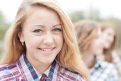 Jeune fille de l'adolescence heureuse avec des amis Photo stock
