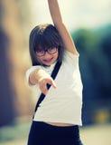 Jeune fille de la préadolescence heureuse Petite fille mignonne dans la ville un jour ensoleillé Jeune fille de portrait Image mo Photographie stock libre de droits