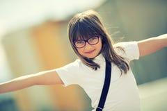 Jeune fille de la préadolescence heureuse Petite fille mignonne dans la ville un jour ensoleillé Jeune fille de portrait Image mo Photographie stock