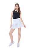Jeune fille de mode dans la pose blanche de jupe d'isolement Photos stock